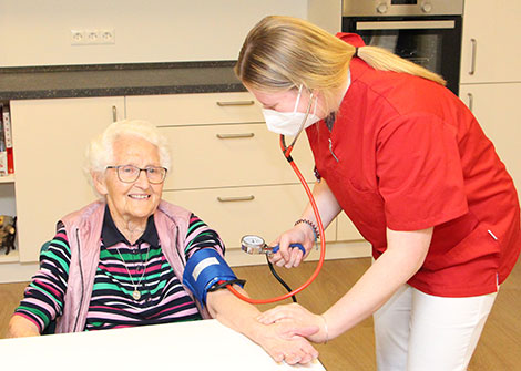 Regelmäßiges Blutdruckmessen gehört zur Alltagsroutine