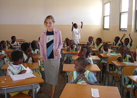 Sr. Carmelita in neu eingerichteter Schule in Kangandala